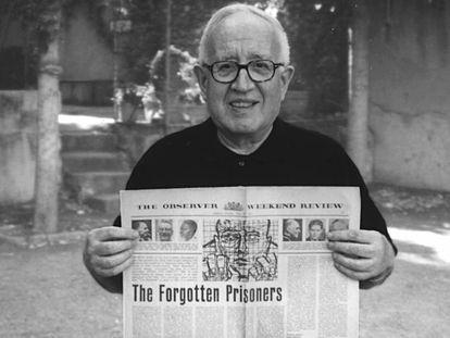 El sacerdote Manuel Casanoves, primer presidente de Amnistía Internacional, sostiene el periódico The Observer en el que salió publicado el artículo que dio pie a la fundación de la organización.