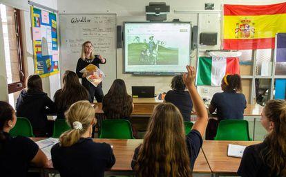La profesora Pie Sánchez, durante una clase de español en la Westside School.