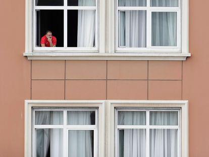 Uno de los miembros del Fuenlabrada en el hotel de A Coruña donde varios jugadores e integrantes del equipo técnico permanecen aislados.