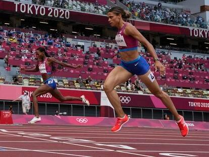 Sydney McLaughlin, en primer término, en la final de los 400m vallas en la que batió el récord mundial.