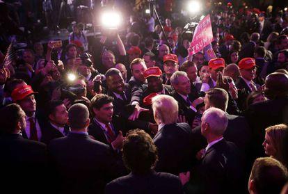 El presidente electo Donald Trump saluda a los asistentes tras su discurso de victoria