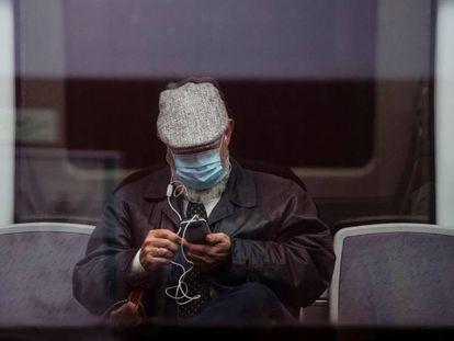 Un pasajero observa su móvil en un tren de la Estación María Zambrano de Málaga.