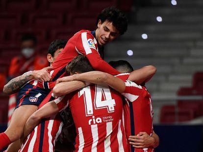 Los jugadores del Atlético de Madrid celebran un gol de Luis Suárez ante el Athletic de Bilbao en el encuentro disputado el pasado miércoles en el Wanda Metropolitano. (Photo by GABRIEL BOUYS / AFP)