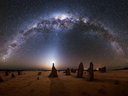 La Vía Láctea sobre un paraje del parque nacional de Nambung, al oeste de Australia.