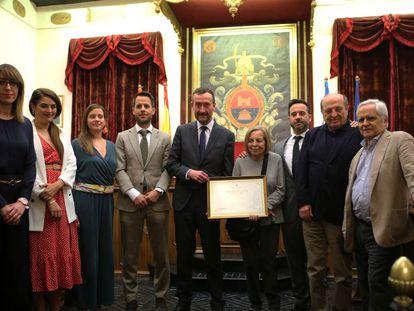 El alcalde de Elche, en el centro, entrega el título de hijo predilecto a los familiares de Vicente Verdú. A la derecha, el periodista Juan Cruz.