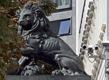 Cámaras junto a los leones del Congreso de los Diputados.