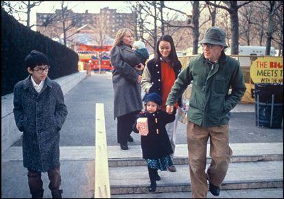 Woody Allen y Mia Farrow junto a sus hijos Moses (izq.), Ronan (en brazos de Farrow), Dylan (de la mano de Allen) y Soon-Yi Previn (medio) en 1988.