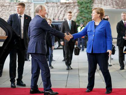 El presidente ruso, Vladímir Putin, y la canciller alemana, Angela Merkel, se estrechan la mano en Berlín, en enero de 2020 al inicio de una conferencia sobre Libia.