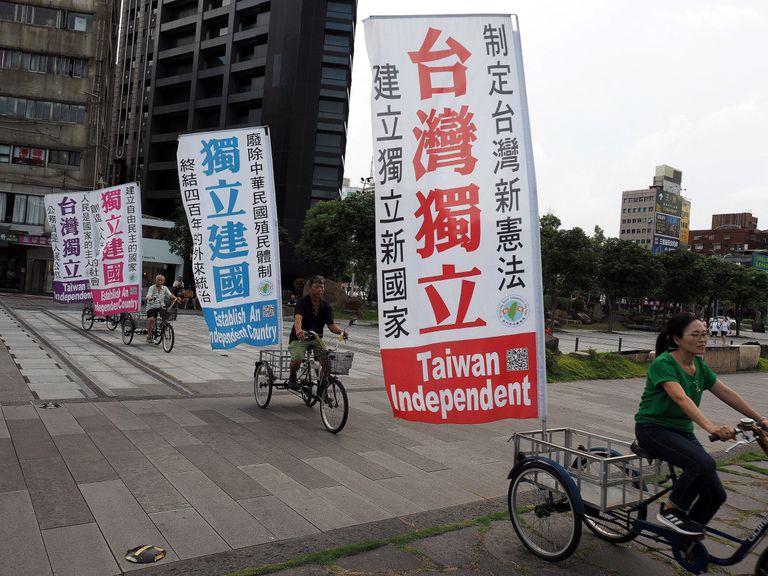 Carteles en chino y en inglés en defensa de la independencia de Taiwán., el pasado domingo en Taipéi.