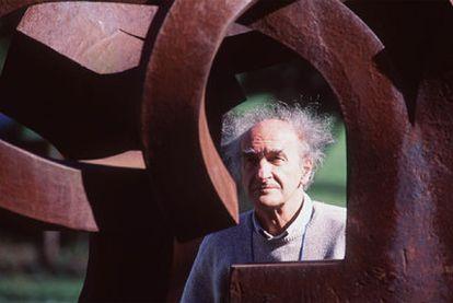 Eduardo Chillida, ante una de sus esculturas al aire libre en Chillida-Leku, a las afueras de San Sebastián.
