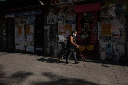 Una mujer camina en el barrio de Vallecas, en Madrid.