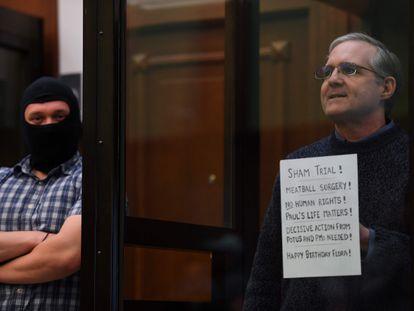 Paul Whelan, a la derecha, espera a escuchar el veredicto, este lunes en Moscú.