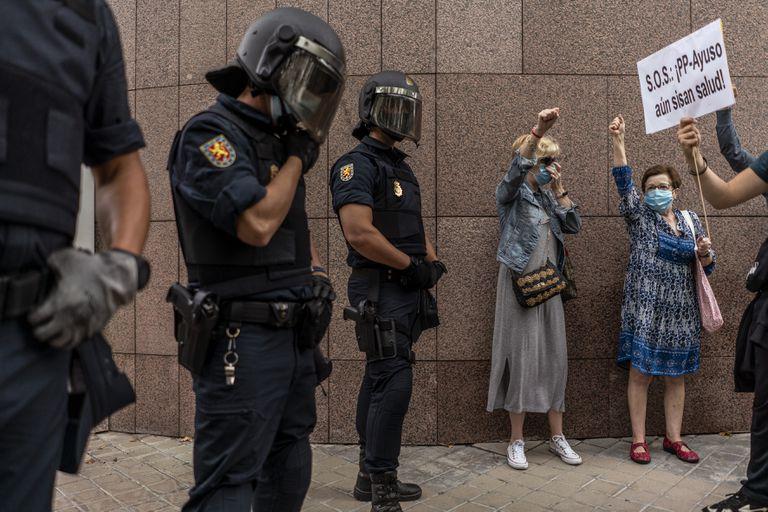 Vecinos del barrio de Puente de Vallecas, en Madrid, en una protesta frente a la Asamblea de Madrid por los confinamientos selectivos, el pasado jueves.