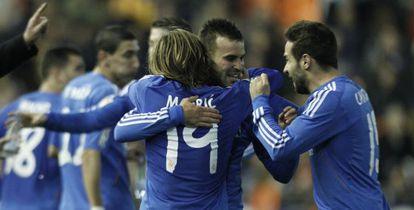 Jesé celebra su gol con Modric y Carvajal.