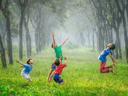 Un grupo de niños juega al aire libre.