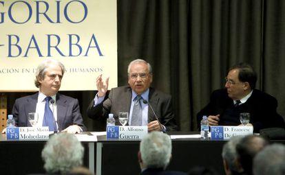 El vicepresidente de la Fundación Gregorio Peces-Barba, José María Mohedano, Alfonso Guerra y Francesc de Carreras durante la segunda edición de las 'Jornadas de reflexión política' de esta organización.