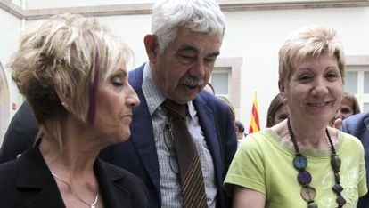 Pasqual Maragall, ayer en el Parlament junto un Mari Carmen Pére, víctima de Hipercor, derecha, y Rosa María Peláez, víctima de Terra Lliure.