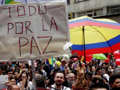 Cientos de personas se congreraron en la Plaza Bolívar de Bogotá para celebrar la firma del cese al fuego permanente el pasado 23 de junio.