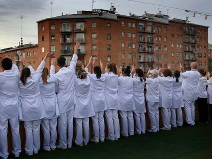 Médicos y sanitarios del hotel Terrassa Park, reconvertido en hospital, aplauden y saludan a los vecinos el pasado 18 de abril en Terrassa, Barcelona.
