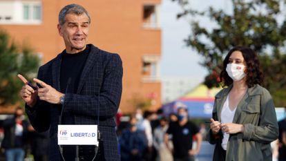 Toni Cantó, junto a Isabel Díaz Ayuso, durante un acto de campaña en San Sebastián de los Reyes (Madrid).