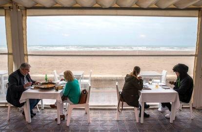 Comensales en un restaurante de la playa de la Malvarrosa de Valencia este lunes, primer día de apertura de la hostelería tras cuarenta días cerrada por la covid 19.