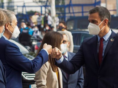 El presidente del Gobierno, Pedro Sánchez (a la derecha), saluda al expresidente José Luis Rodríguez Zapatero, este viernes en Soria.