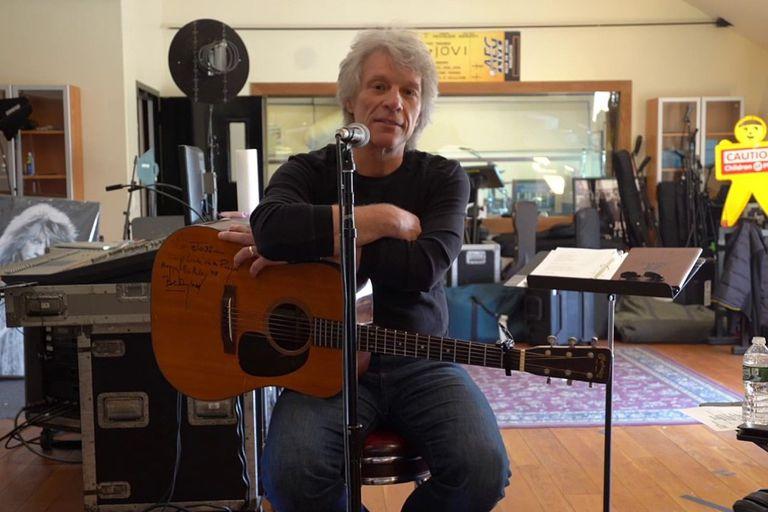 Jon Bon Jovi, desde su casa, en una imagen del vídeo donde propone la canción conjunta.