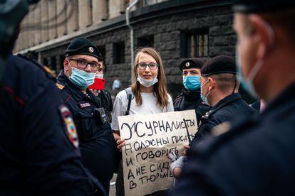 Varios policías detienen a una mujer que protesta contra el arresto de Ivan Safronov, el martes en Moscú.