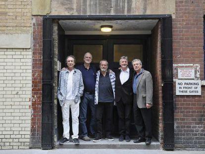 De izquierda a derecha, Eric Idle, John Cleese, Terry Gilliam, Michael Palin y Terry Jones, integrantes de Monty Python, en Londres.