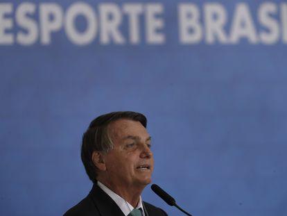 El presidente de Brasil, Jair Bolsonaro, confirma que su país será sede de la Copa América 2021, durante una ceremonia del banco estatal este martes.