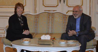 Ashton y Zarif, ayer martes, poco antes de la cena con la que iniciaron la nueva ronda de negociaciones nucleares.