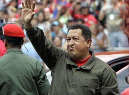 El presidente de Venezuela, Hugo Chávez, saluda antes de votar en el referendum que tiene lugar hoy
