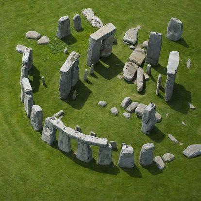 El monumento megalítico más famoso del mundo, y uno de los iconos de Inglaterra, se alza sobre la verde llanura de Salisbury, en el condado de Wiltshire, a unos 130 kilómetros de Londres. Stonehenge es un crómlech –círculo o anillo de piedras– construido a lo largo de un extenso periodo de tiempo, entre finales del Neolítico y principios de la Edad del Bronce. Sus estructuras están alineadas para marcar la salida y la puesta del sol durante los solsticios de invierno y verano. Llegó a tener más de 160 elementos, de los que hoy queda un círculo interior con seis grandes bloques rematados por tres dinteles, y uno exterior de 17 monolitos con dinteles.