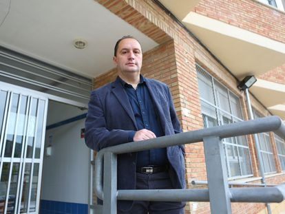 Antoni González Picornell, presidente de la asociación de directores de institutos públicos de la Comunidad Valenciana, en la puerta del IES Pare Vitòria de Alcoi, el pasado jueves.