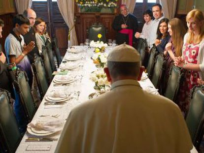 El papa Francisco reza junto a jóvenes brasileños.