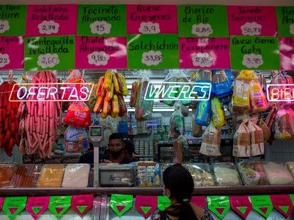 Una mujer hace la compra en una carnicería de Caracas, Venezuela, el pasado 2 de octubre.