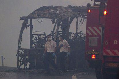 El fuego ha devorado un autobús que transportaba reclusos