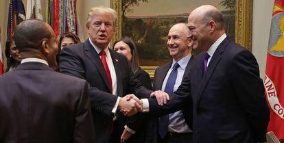 Donald Trump estrecha la mano de Gary Cohn, al que describió como un 'genio'.
