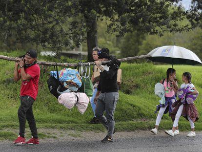 Un grupo de migrantes venezolanos regresa a pie a su país procedentes de Colombia el pasado 6 de abril.