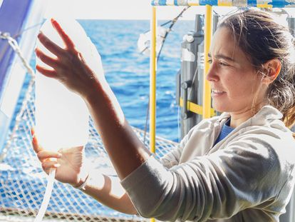Una investigadora del Instituto Español de Oceanografía durante una campaña de investigación a bordo del buque 'Ramón Margalef' en 2017.