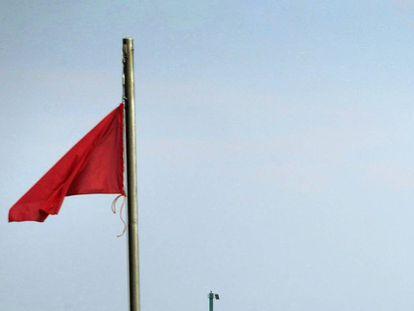 Bandera roja en una playa.