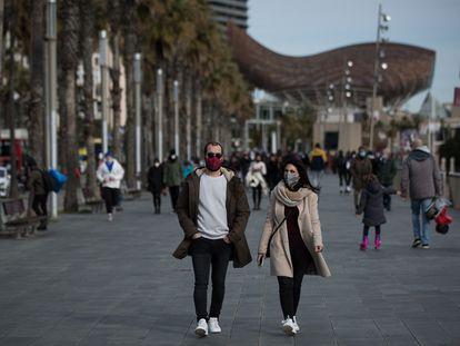 Vecinos en el paseo Marítimo de Barcelona, en enero.
