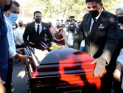 Familiares y amigos de Abel Murrieta, candidato del Movimiento Ciudadano a la presidencia municipal, asisten a su funeral el 14 de mayo, en Ciudad Cajeme, en Sonora.