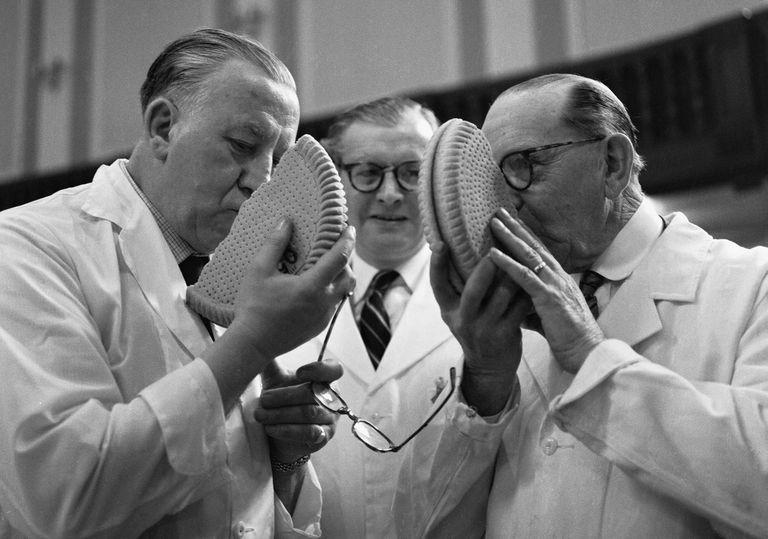 Dos jueces durante una exhibición de pastelería británica en Londres, en 1961.