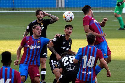 Manaj, goleador ante el Nàstic, pelea por la posición y el balón.