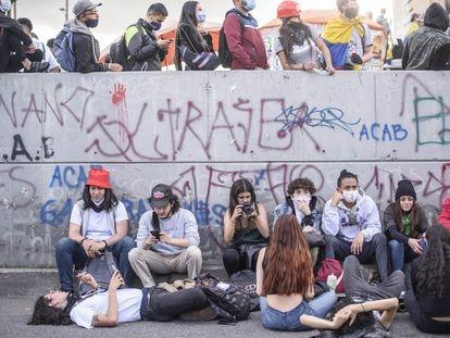 Jóvenes manifestantes en las calles de Bogotá.