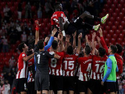 Iñaki Williams, manteado por sus compañeros tras batir el récord de partidos consecutivos en la Liga (203) superando a Juan Antonio Larrañaga