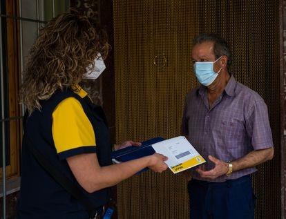 Salvador Expósito recibe efectivo en su domicilio a través de Correos Cash.