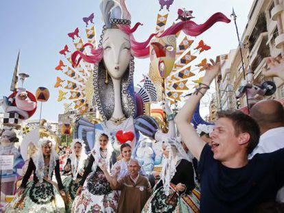 Miembros de la agrupación festera Séneca-Autobusos celebran el galardón al mejor monumento de categoría especial