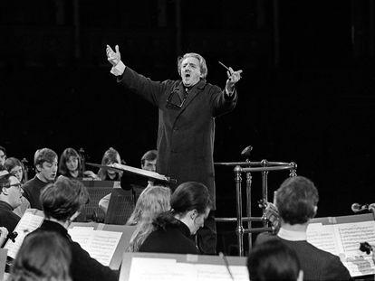 John Barbirolli ensayando la 'Messa da Requiem' de Verdi en el Royal Albert Hall el 3 de marzo de 1969, un año antes de su muerte.